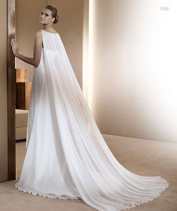 В период с 2012 по 2013 года были популярны свадебные платья в греческом стиле с завышенной талией и длинным подолом, который был выполнен из многослойной